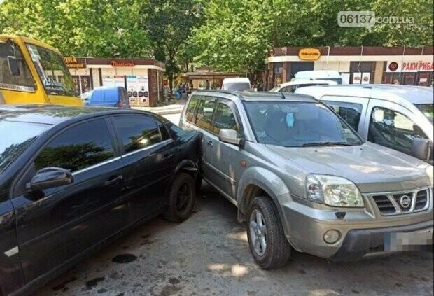 В Запорожье водитель маршрутки потерял сознание за рулем и протаранил четыре авто. Фото , фото-2