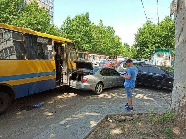 В Запорожье водитель маршрутки потерял сознание за рулем и протаранил четыре авто. Фото , фото-1