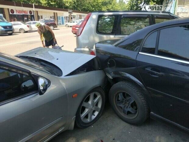 В Запорожье водитель маршрутки потерял сознание за рулем и протаранил четыре авто. Фото , фото-3