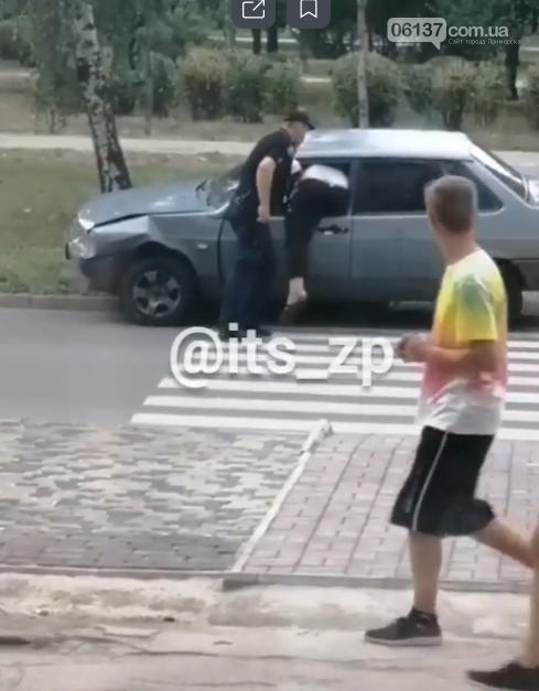 В Запорожье водитель застрял в окне авто, пытаясь сбежать от полиции. Фото, фото-1