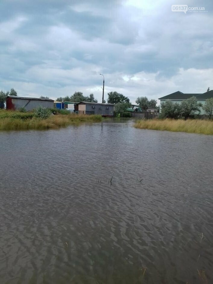 Последствия шторма: жители запорожского курорта выгребают из магазинов и домов грязь с водой. Фото/Видео, фото-1