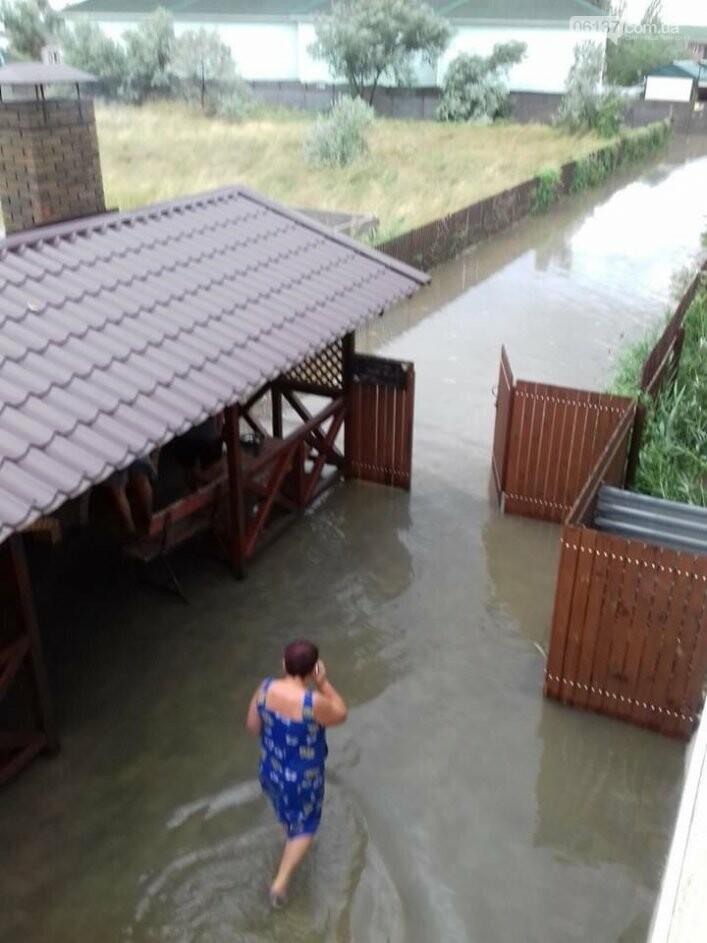 Последствия шторма: жители запорожского курорта выгребают из магазинов и домов грязь с водой. Фото/Видео, фото-2