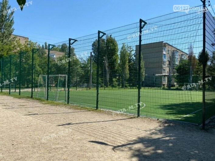 Школа Запорожской области угрожает криминальной ответственностью за игру в футбол на ее поле. Фото , фото-2