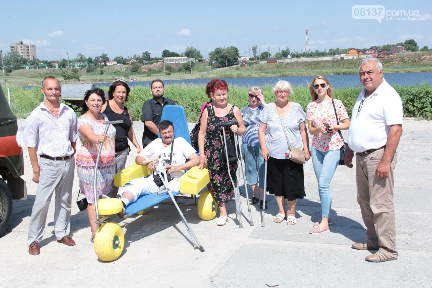 В Приморську Запорізької області на центральному  пляжі відкривають інклюзивну локацію для людей з інвалідністю, фото-1