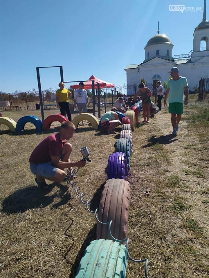 Во второй половине Приморска местные активисты привели в порядок детскую площадку, фото-1