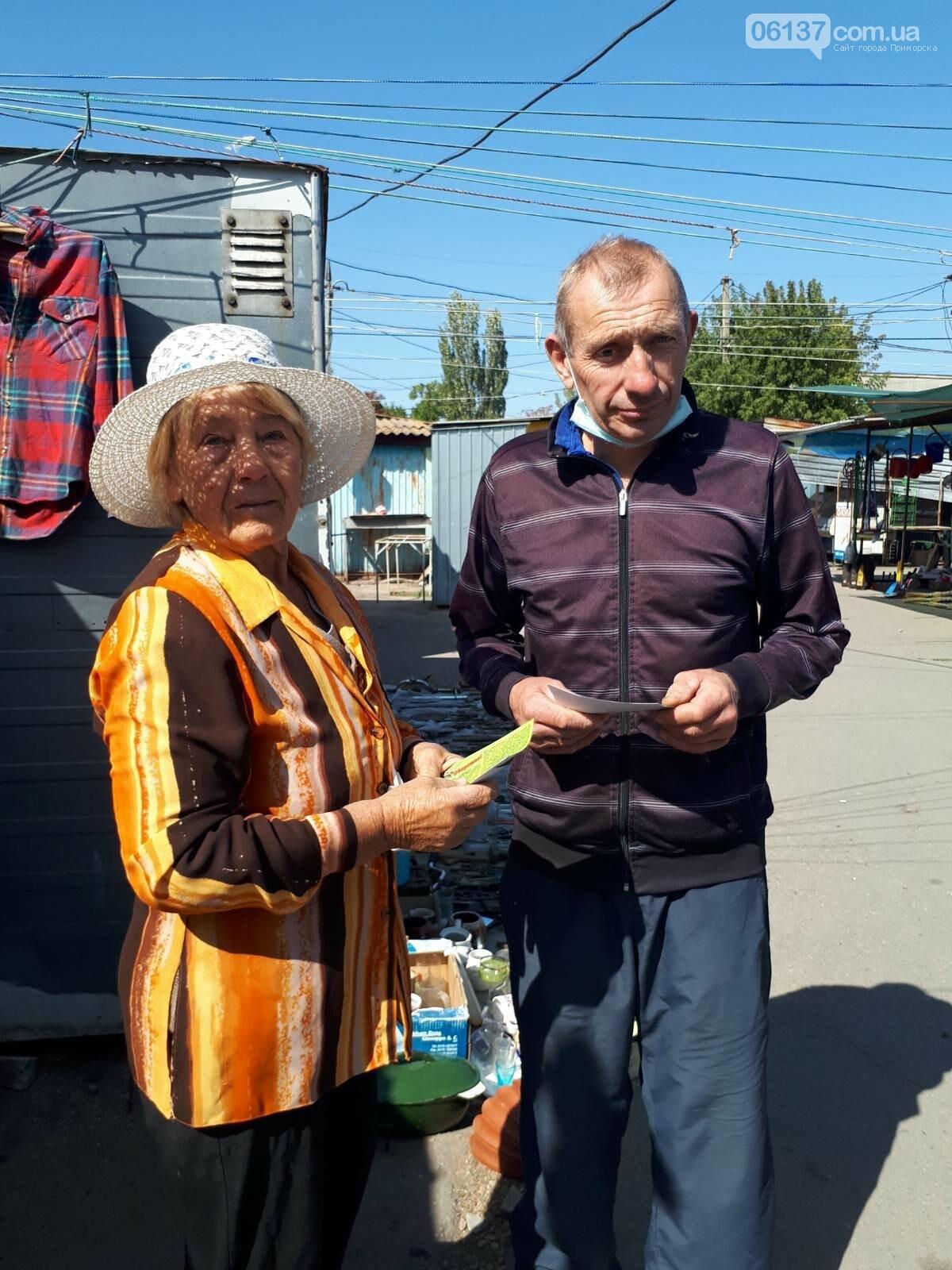 Волонтери Приморської громади роздавали пам'ятки про правила безпеки мешканцям міста, фото-1