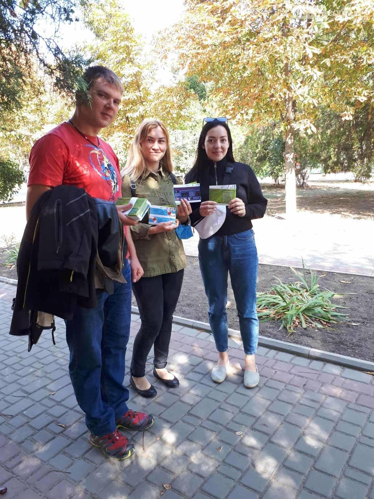 Волонтери Приморської громади роздавали пам'ятки про правила безпеки мешканцям міста, фото-2