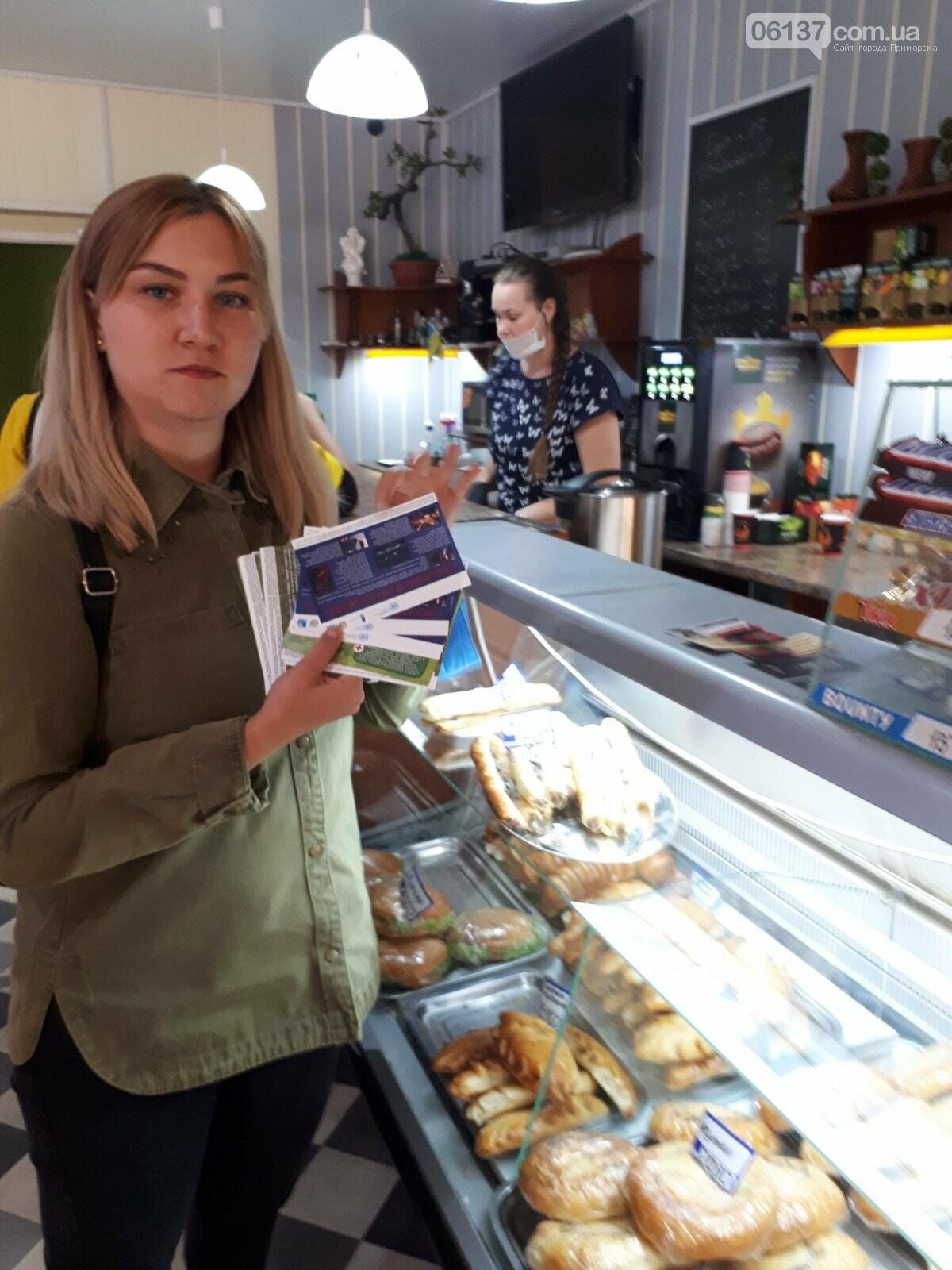 Волонтери Приморської громади роздавали пам'ятки про правила безпеки мешканцям міста, фото-5