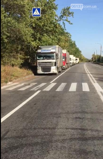 Запорожскую Хортицу вновь превратили в отстойник большого грузового транспорта: полиция бездействует. Видео , фото-2