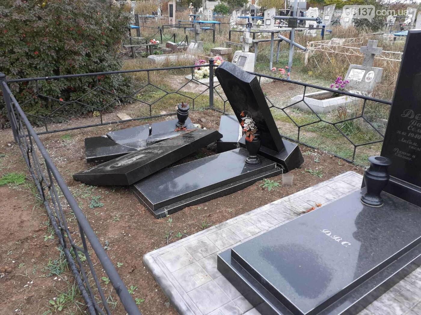 В Приморске Запорожской области вандалы разрушили могильные надгробия, фото-3