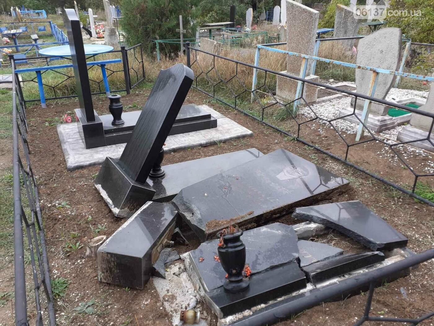 В Приморске Запорожской области вандалы разрушили могильные надгробия, фото-1