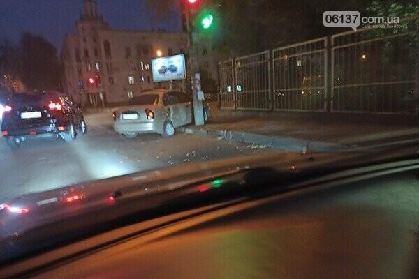 Авто вылетело на тротуар в центре Запорожья. Фото, фото-1