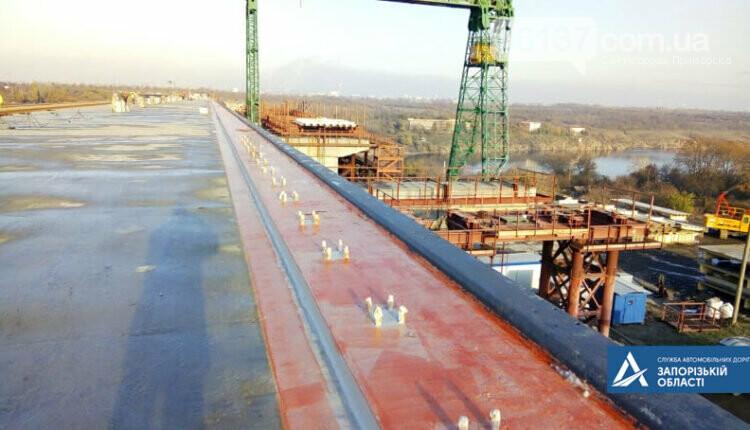 На новом мосту через Днепр в Запорожье мостостроители устанавливают ограждения. Фото , фото-1
