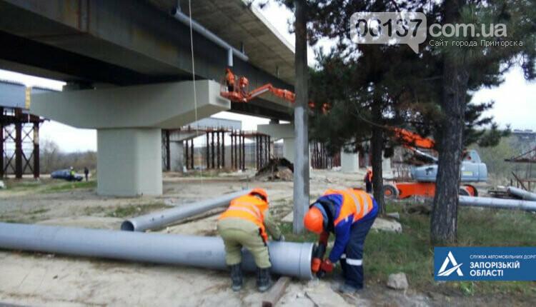 На новом мосту через Днепр в Запорожье мостостроители устанавливают ограждения. Фото , фото-2