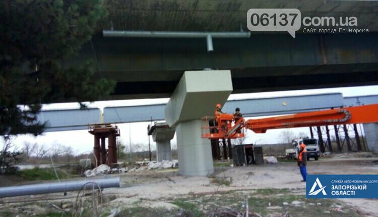 На новом мосту через Днепр в Запорожье мостостроители устанавливают ограждения. Фото , фото-3