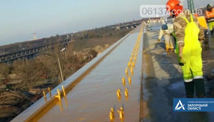 На новом мосту через Днепр в Запорожье мостостроители устанавливают ограждения. Фото , фото-4