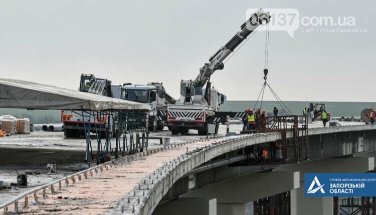 На новом мосту через Днепр в Запорожье мостостроители устанавливают ограждения. Фото , фото-5