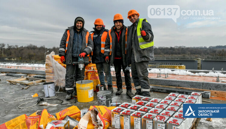 На новом мосту через Днепр в Запорожье мостостроители устанавливают ограждения. Фото , фото-6