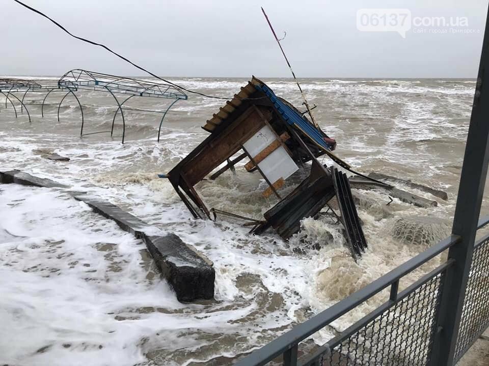 В сети появились новые кадры жутких последствий шторма на запорожском курорте. Фото , фото-3