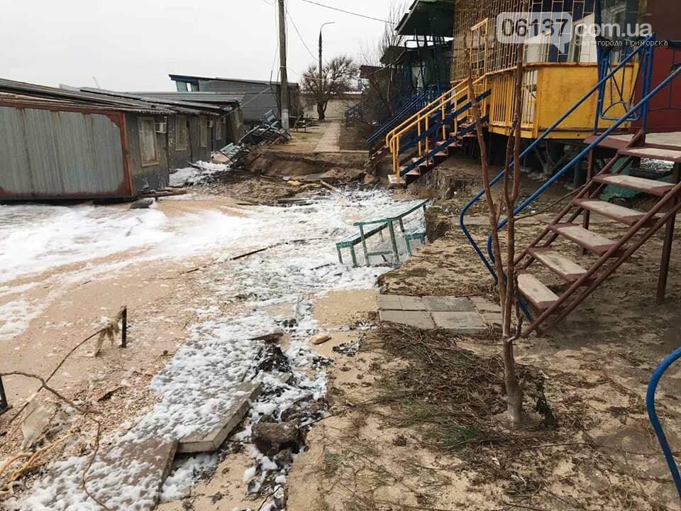 В сети появились новые кадры жутких последствий шторма на запорожском курорте. Фото , фото-5