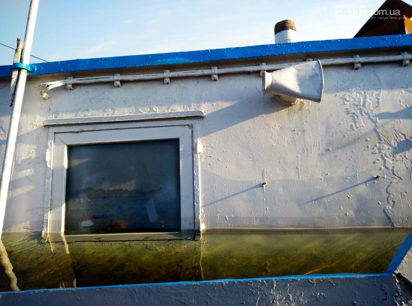 Как выглядит сегодня затопленная под Запорожьем баржа. Фоторепортаж , фото-23