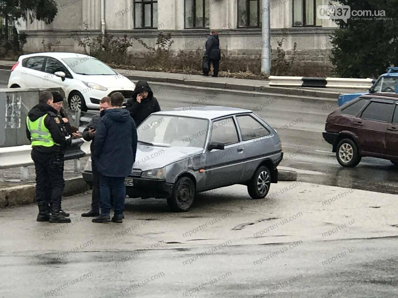 Утренняя авария на запорожской плотине привела к пробке: автобус столкнулся с легковым авто. Фото/Видео, фото-2