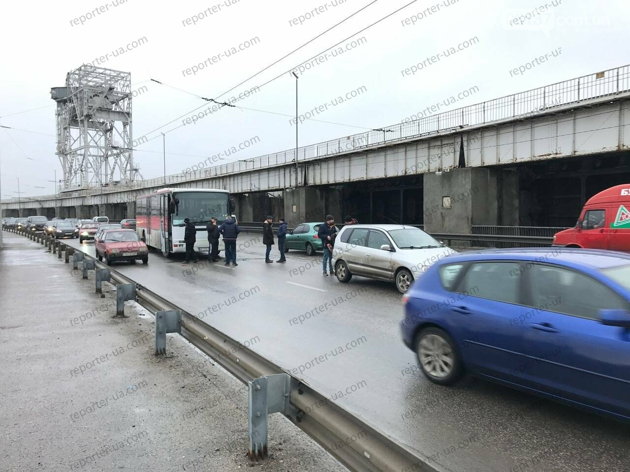 Утренняя авария на запорожской плотине привела к пробке: автобус столкнулся с легковым авто. Фото/Видео, фото-3