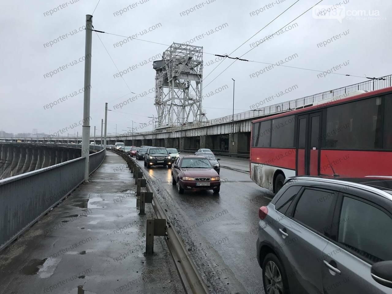 Утренняя авария на запорожской плотине привела к пробке: автобус столкнулся с легковым авто. Фото/Видео, фото-4