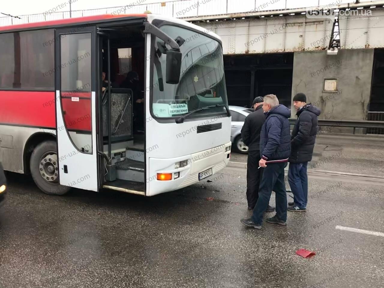 Утренняя авария на запорожской плотине привела к пробке: автобус столкнулся с легковым авто. Фото/Видео, фото-5