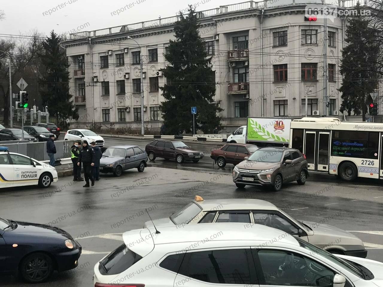 Утренняя авария на запорожской плотине привела к пробке: автобус столкнулся с легковым авто. Фото/Видео, фото-6