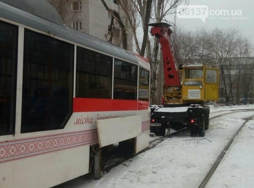 В центре Запорожья трамвай сошел с рельсов. Фото , фото-1