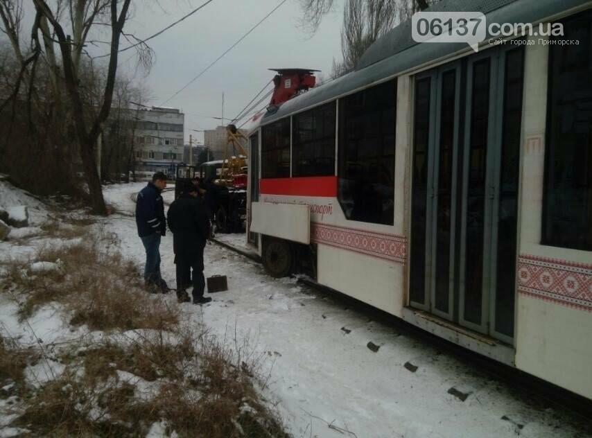 В центре Запорожья трамвай сошел с рельсов. Фото , фото-2