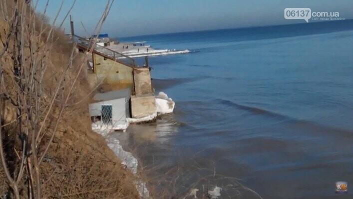 На известном запорожском курорте море практически разрушило пляжи. Фото, фото-4