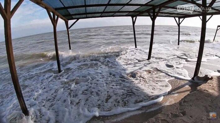 На известном запорожском курорте море практически разрушило пляжи. Фото, фото-3