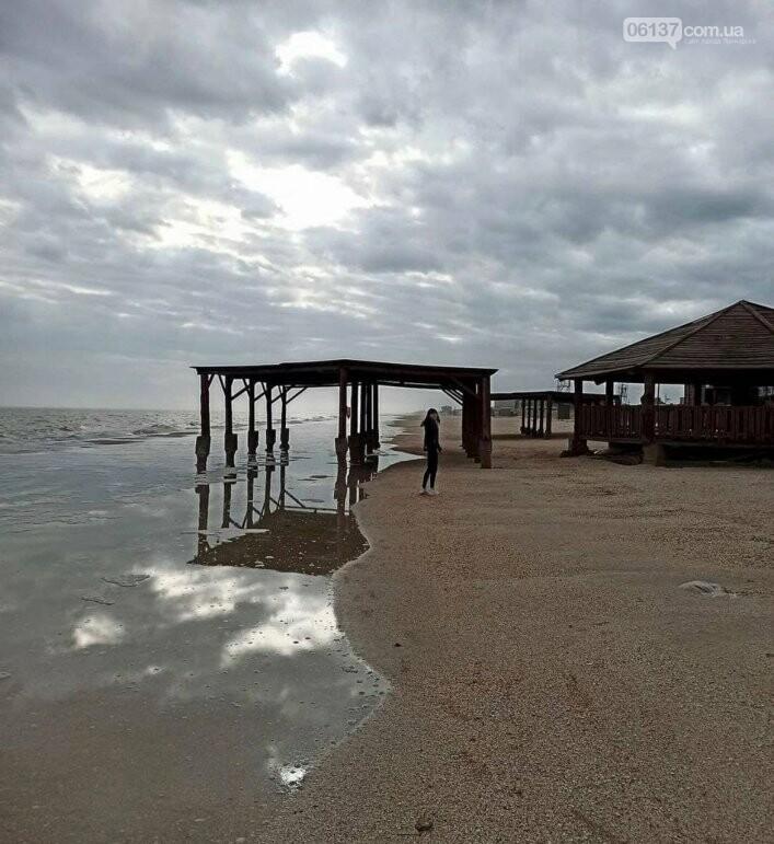 На известном запорожском курорте море практически разрушило пляжи. Фото, фото-2