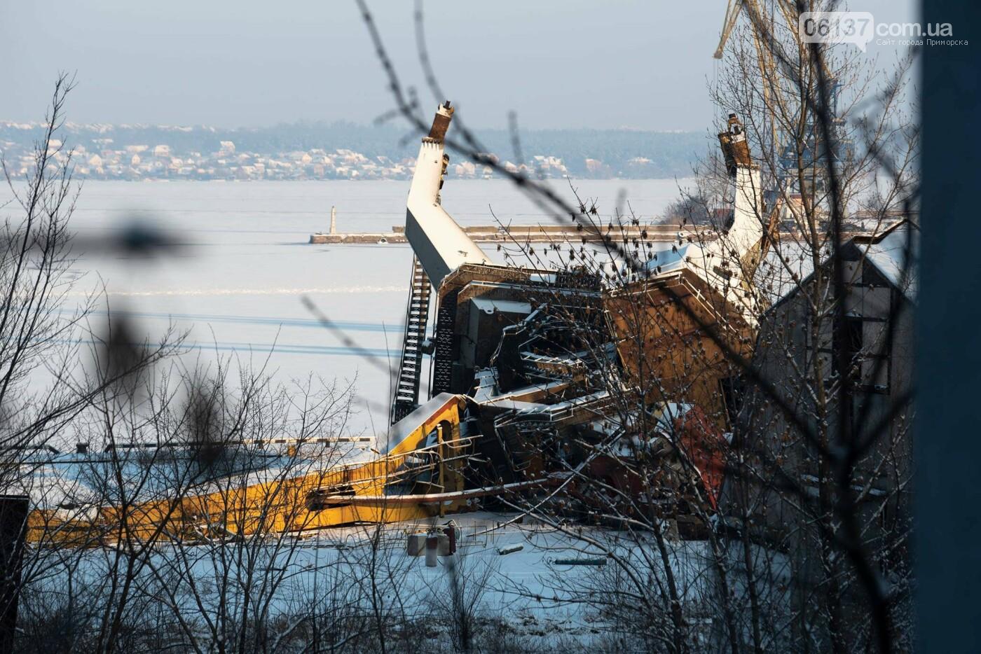 Запорожский фотограф опубликовал кадры упавшего в пору крана. Фото, фото-2