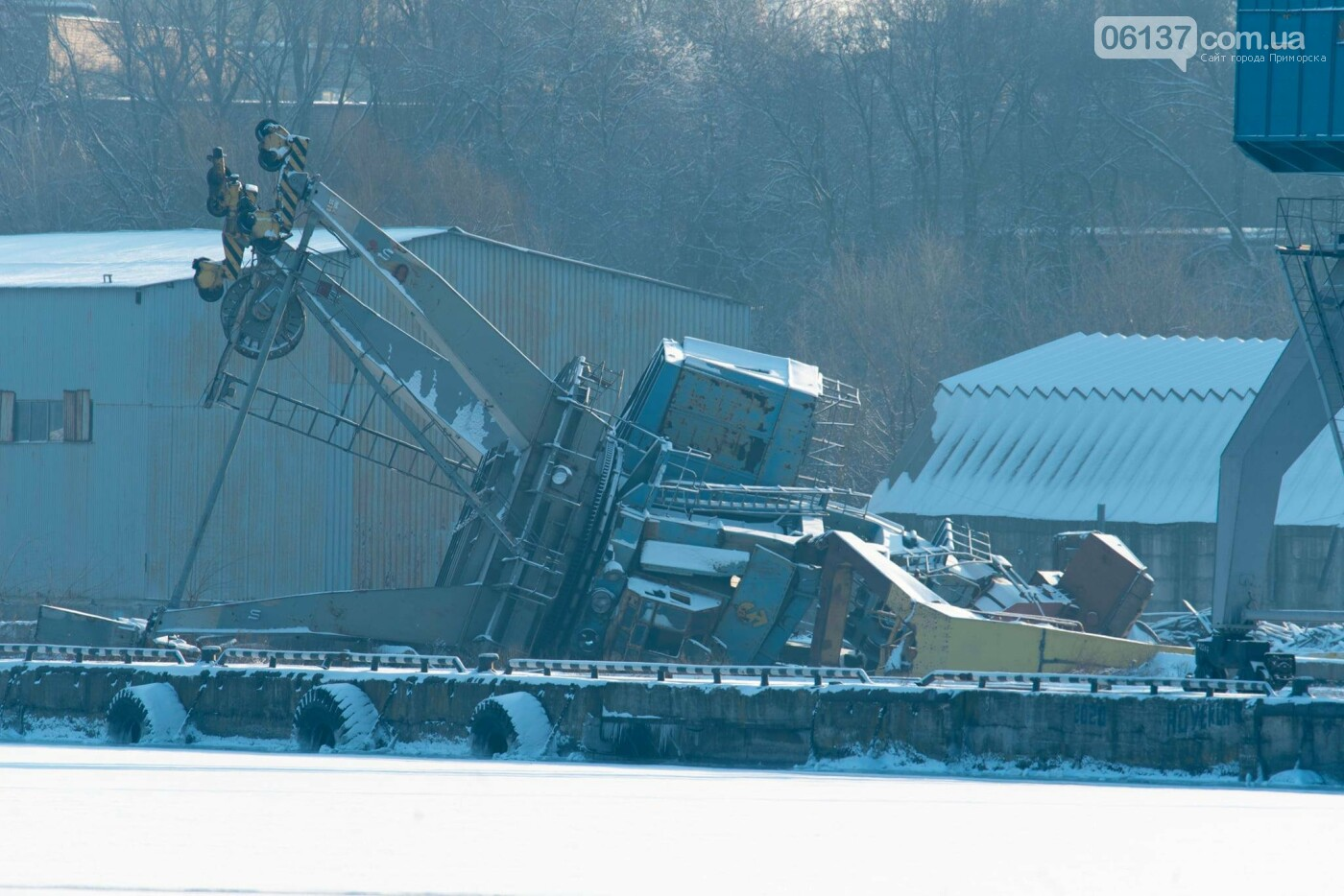 Запорожский фотограф опубликовал кадры упавшего в пору крана. Фото, фото-3
