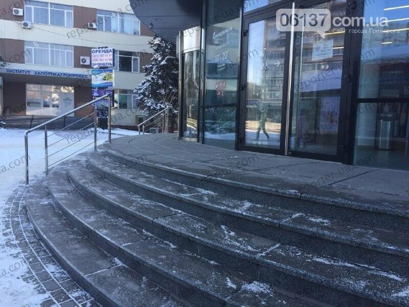 В Запорожье школьница травмировалась на выходе из ТРЦ: родители хотят обратиться в суд. Фото, фото-2