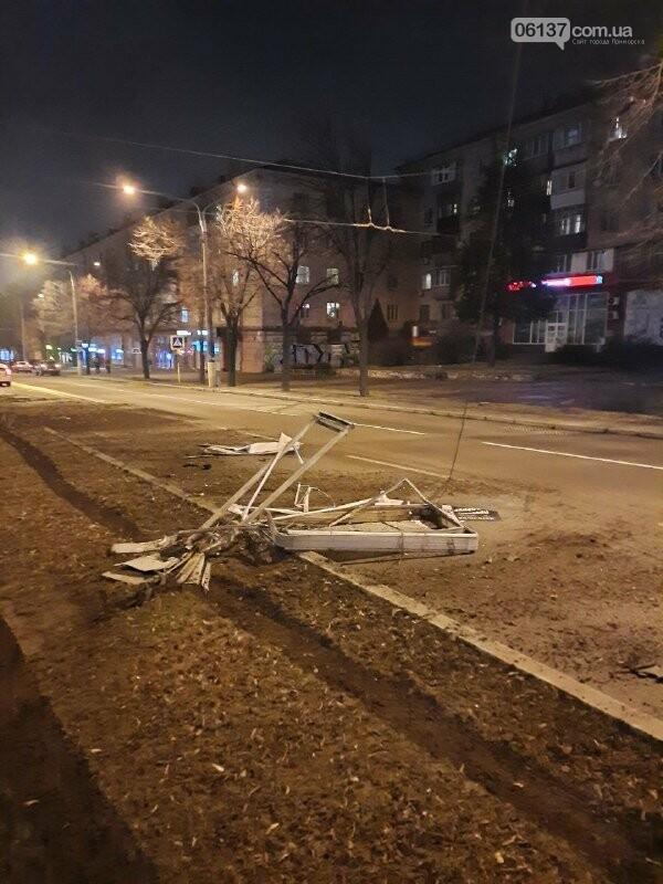 Пьяная запорожанка за рулем разбила ситилайты в центре города и авто. Фото, фото-1