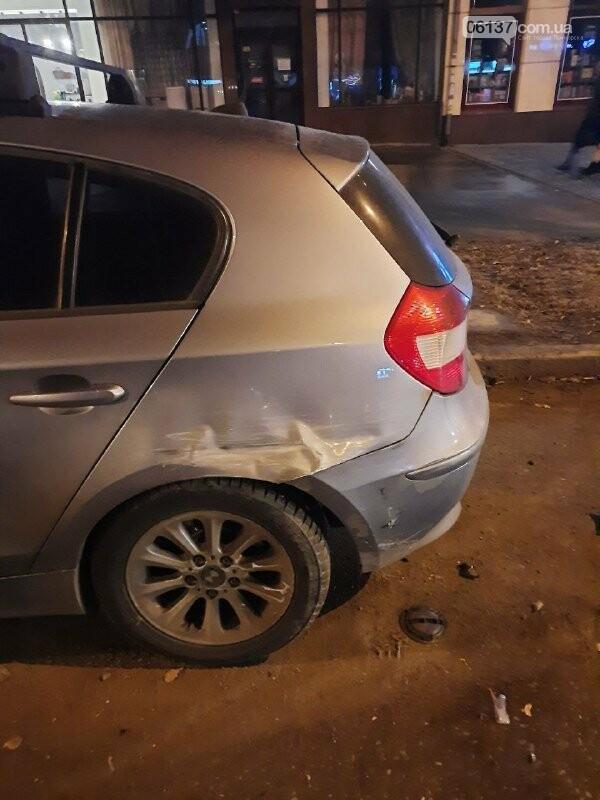 Пьяная запорожанка за рулем разбила ситилайты в центре города и авто. Фото, фото-3