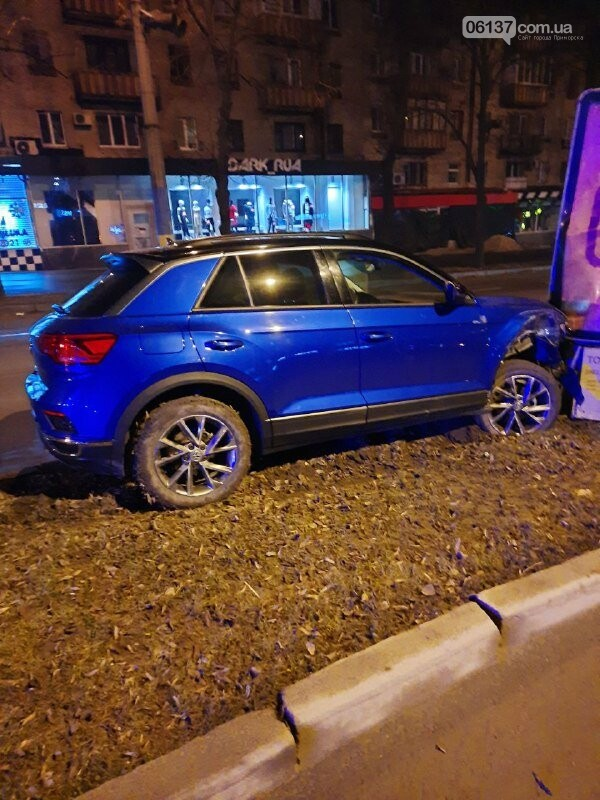 Пьяная запорожанка за рулем разбила ситилайты в центре города и авто. Фото, фото-4