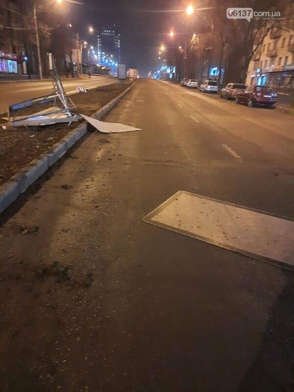 Пьяная запорожанка за рулем разбила ситилайты в центре города и авто. Фото, фото-2