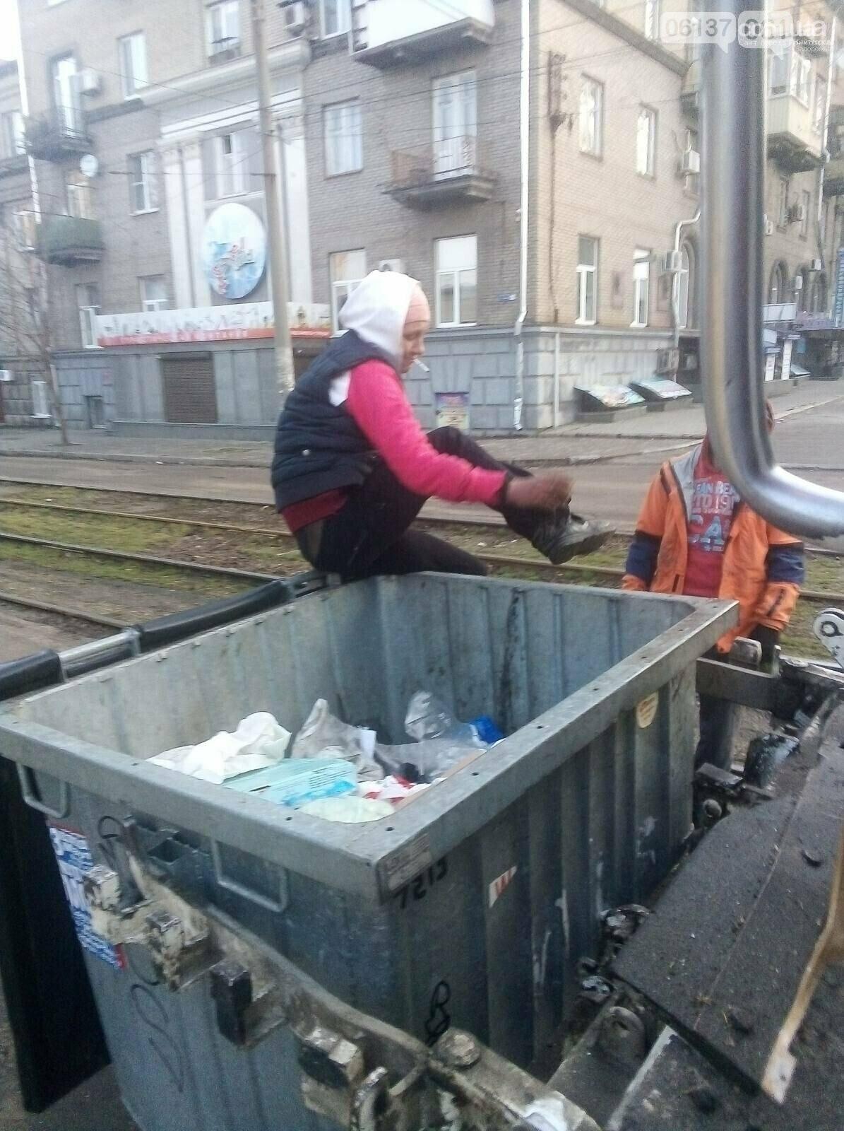 В Запорожской области женщина обжилась в мусорном баке и не хотела его покидать. Фото, фото-1