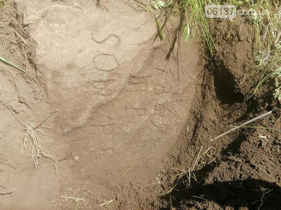 В Запорожской области найдено надгробие основателя меннонитского поселения. Фото, фото-3