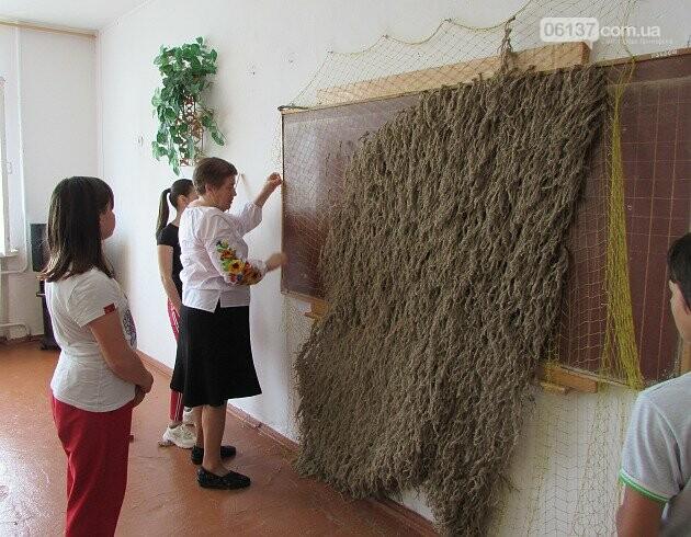 Приморські волонтери 7 років плетуть маскувальні сітки для військових. Фото, фото-1